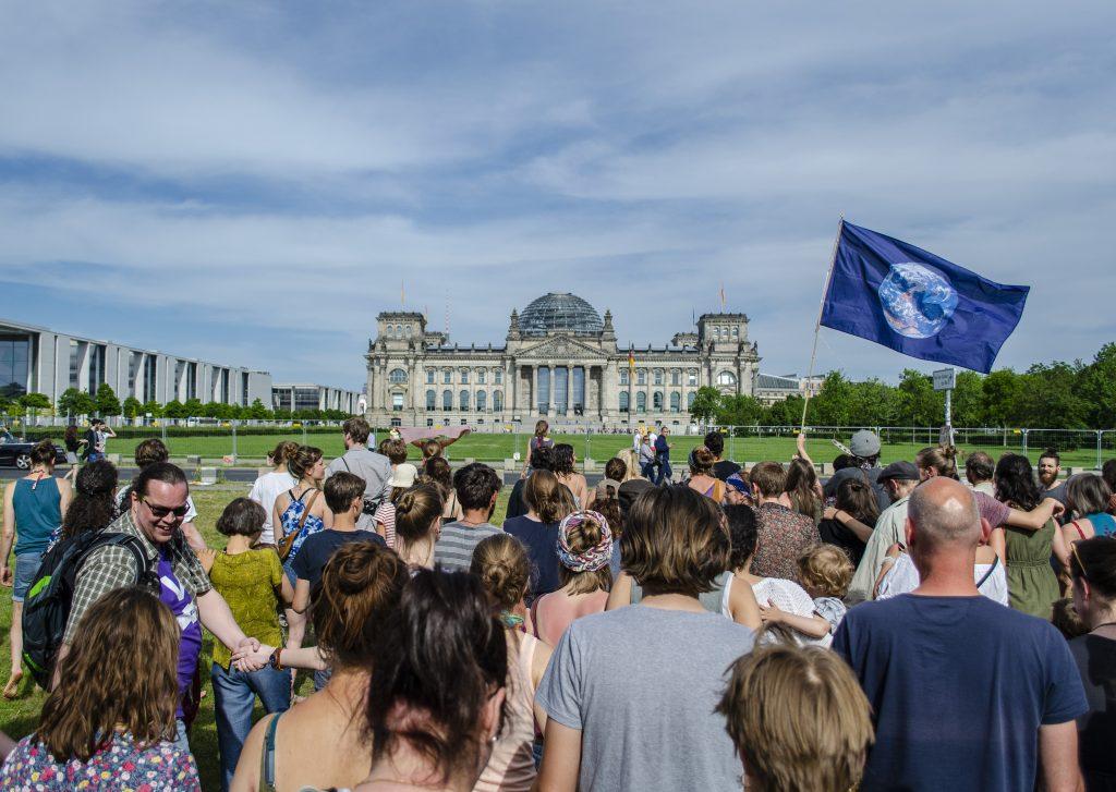 Bild einer umweltaktivistischen Menschenmege vor dem Reichtagsgebäude in Berlin